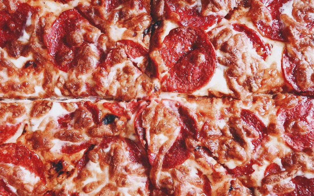 pizza z salami i serem 1080x675