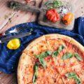 Klasyczna pizza neapolitańska w restauracji