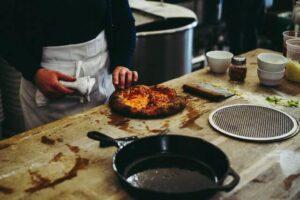 pizza na patelni przygotowanie 300x200